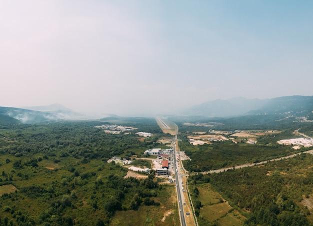 Vuur op de bergen van het lustica-schiereiland bedekt met witte rook, de drone vliegt over de budvativat