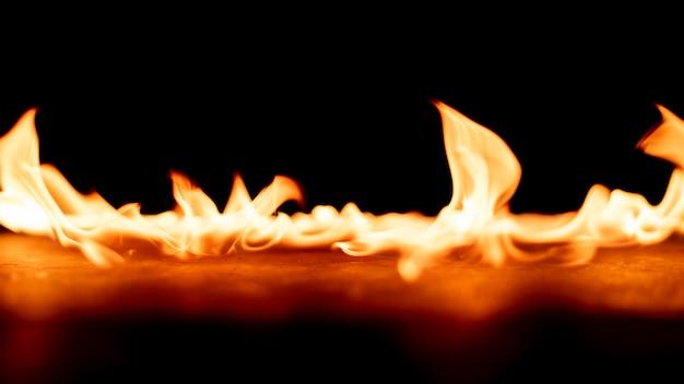 Vuur op zwarte achtergrond.