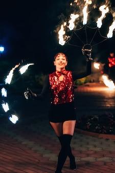 Vuur show. het meisje spint de vurige fakkels