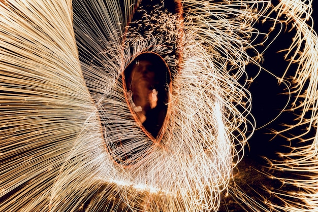 Vuur show. vuurprestaties in de nacht.