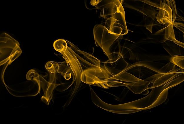 Vuur van gele rooksamenvatting op zwarte achtergrond