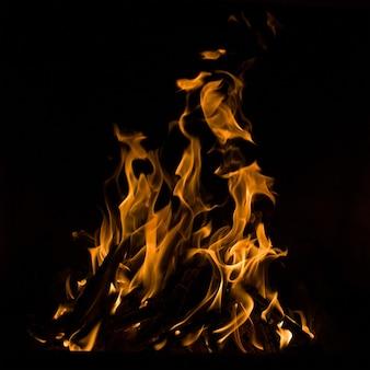 Vuur vlammen geïsoleerd op zwarte achtergrond