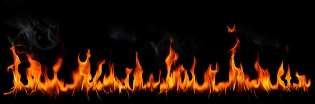 Vuur vlammen met rook op zwarte achtergrond brandende roodgloeiende vonken stijgen