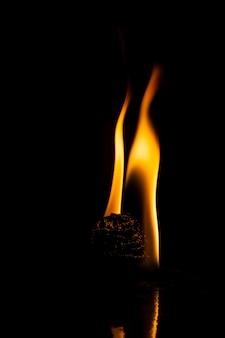 Vuur vlammen op zwarte achtergrond