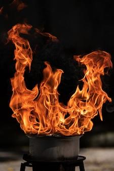 Vuur vlammen uit de pan tijdens het koken.