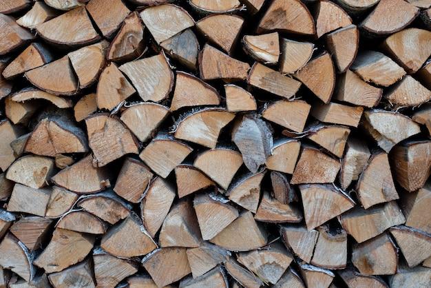 Vuurhaard met gehakt hout van natuurlijk hout