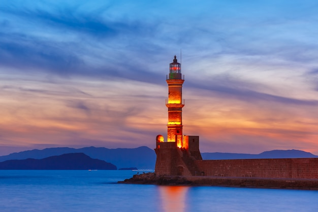 Vuurtoren bij zonsondergang, chania, kreta, griekenland