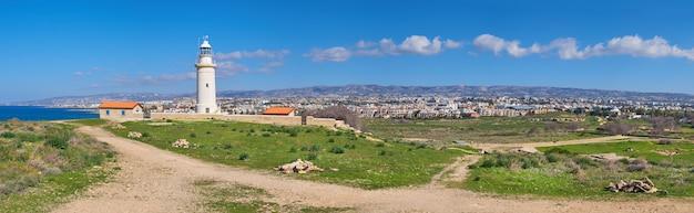 Vuurtoren in pathos, het eiland van cyprus, griekenland, panoramisch beeld
