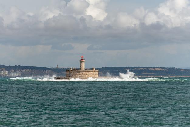 Vuurtoren op klein eiland op zee - het fort van sao lourenco do bugio