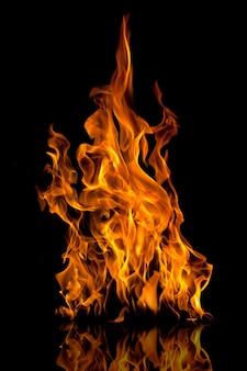 Vuurvlammen met reflectie op zwart