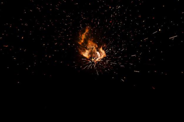 Vuurvlammen met vonken op een zwarte achtergrond