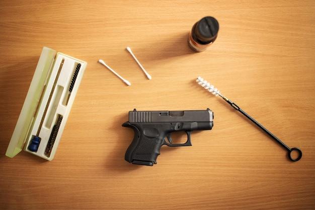 Vuurwapenreiniging en onderhoud na gebruik op schietbaan