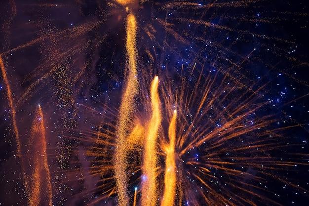Vuurwerk aan de nachtelijke hemel