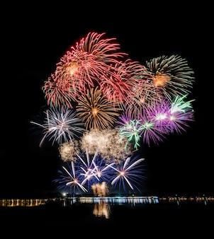 Vuurwerk bij rivier, meer of oceaan voor nieuw jaar of vakantieseizoenviering