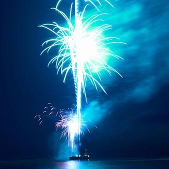 Vuurwerk, groet met de zwarte hemelachtergrond