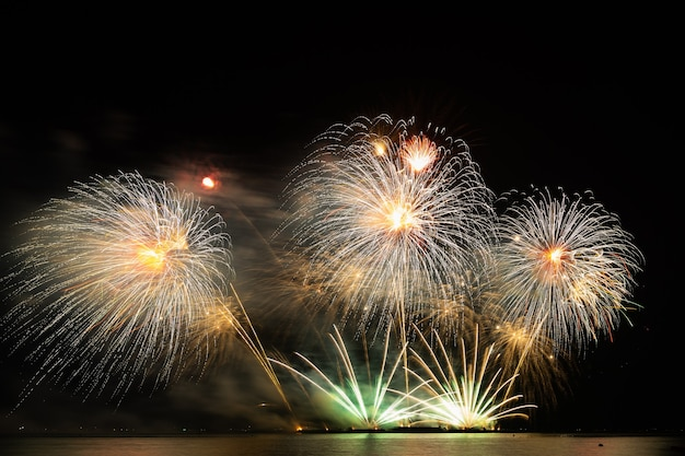 Vuurwerk mooi feest festival kleurrijk aftellen vrolijk kerstfeest gelukkig nieuwjaar donkere lucht fonkeling gloeiende vrolijke verjaardag