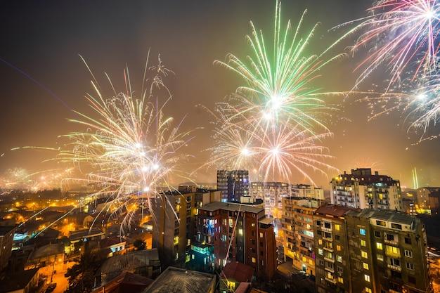Vuurwerk om 00.00 uur om middernacht, nieuwjaarsbijeenkomst in het stadscentrum van tbilisi, georgië