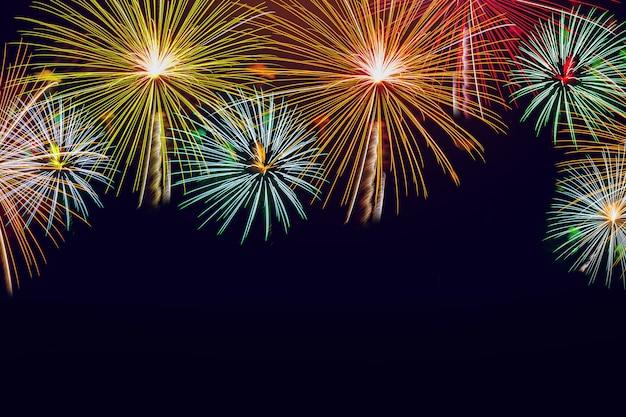 Vuurwerk op de achtergrond van de nachthemel voor kerstmis, nieuwjaar en vieringsthemaconcept.