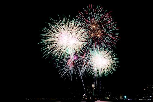 Vuurwerk op hemel 's nachts.