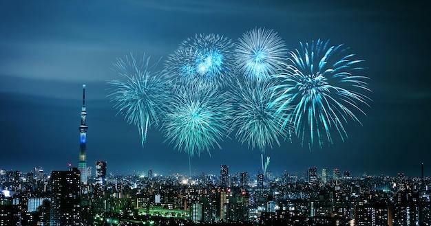 Vuurwerk over cityscape van tokyo bij nacht, japan
