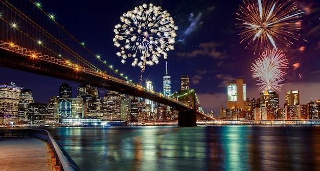 Vuurwerk over manhattan, de stad van new york.