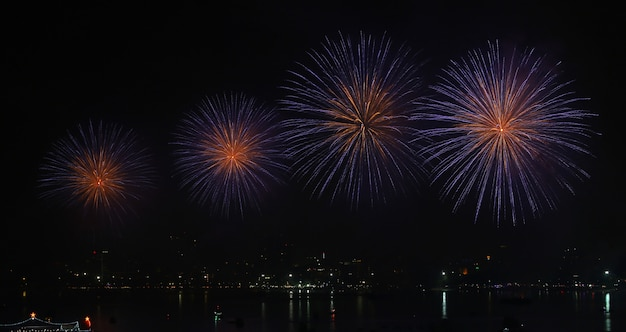 Vuurwerk over meer tijdens festival.