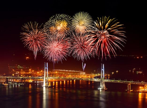 Vuurwerk over yokohama-baaibrug bij nacht, japan