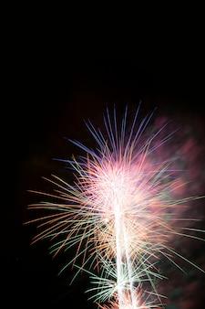 Vuurwerk 's nachts, vuurkastelen met ruimte voor uw tekst