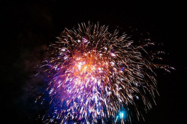Vuurwerk steekt de hemel aan met oogverblindend beeld