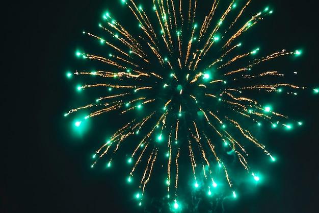 Vuurwerk verlicht de lucht op oudejaarsavond