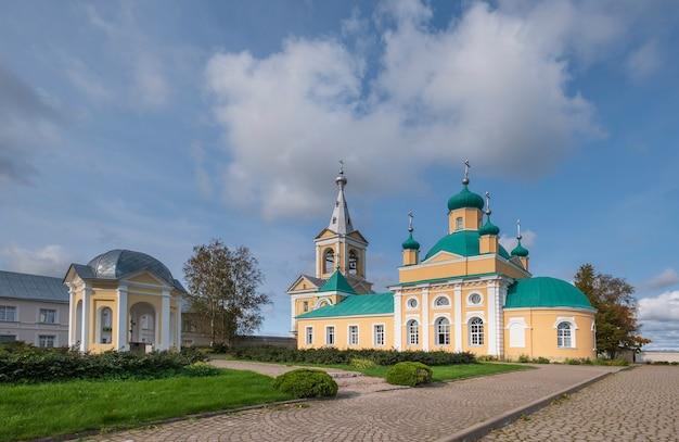 Vvedeno oyatskiy orthodox vrouwenklooster in het vepsky-bos van de regio leningrad, rusland.