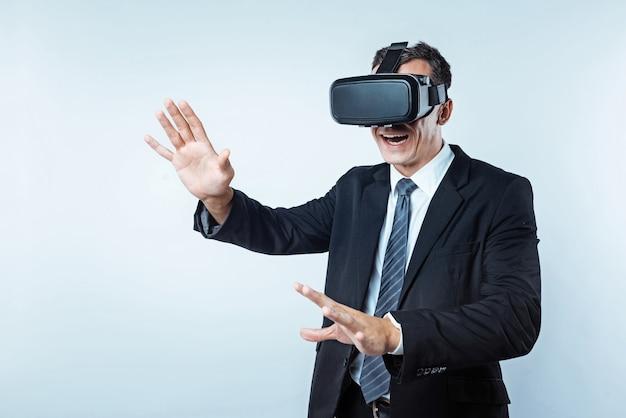 Waar ben ik. verdwaald in een kantoormedewerker in virtual reality die zijn mond open hield terwijl hij probeerde de juiste weg over de lichte achtergrond te vinden.