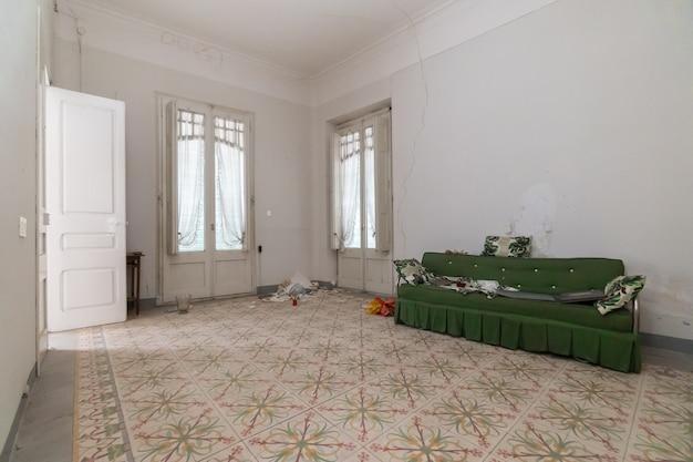 Waardige en lege kamer van verlaten huis