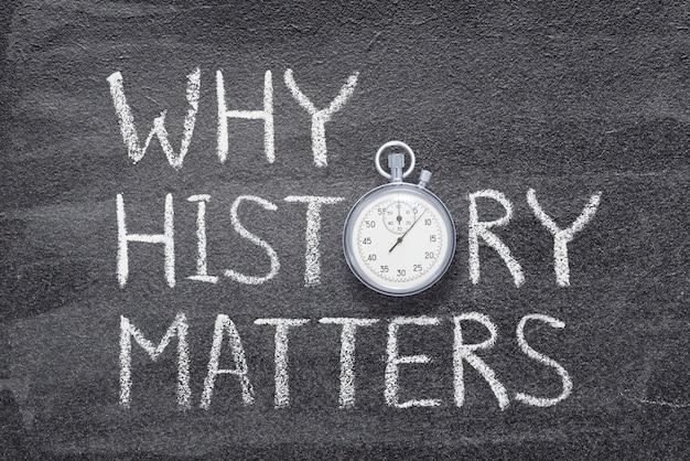 Waarom geschiedenis ertoe doet, zin geschreven op bord met vintage nauwkeurige stopwatch