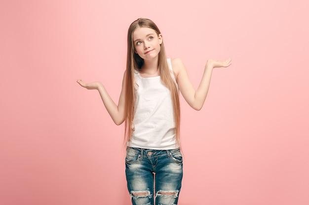 Waarom is dat. mooi vrouwelijk portret van halve lengte op trendy roze muur. jong emotioneel verrast, gefrustreerd en verbijsterd tienermeisje. menselijke emoties, gezichtsuitdrukking concept.