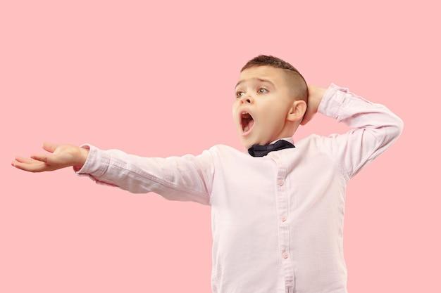 Waarom is dat. mooie mannelijke halve lengte portret geïsoleerd op trendy roze studio achtergrondgeluid. jonge emotioneel verrast, gefrustreerd en verbijsterd tienerjongen. menselijke emoties, gezichtsuitdrukking concept.