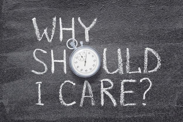 Waarom zou het mij iets kunnen schelen, handgeschreven op een schoolbord met vintage nauwkeurige stopwatch in plaats van o