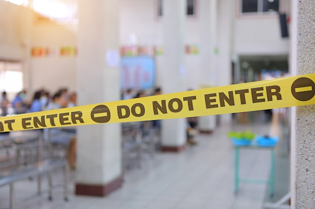 Waarschuwing gele tape met tekst niet invoeren. geel waarschuwingslint voor barrière verhindert toegang tot beperkt gebied