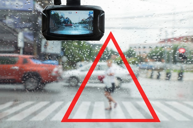 Waarschuwing, rennende voetgangers sneed de auto af in de regen