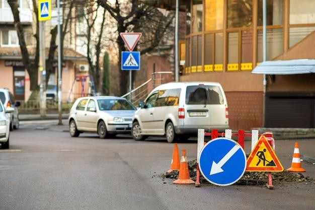 Waarschuwingsstraatteken op de werkplaats van het wegwerk.