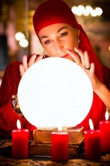 Waarzegger bij seance of sessie met kristallen bol