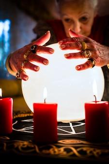 Waarzegger tijdens een seance of sessie met kristallen bol