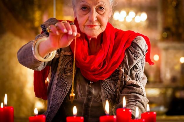 Waarzegger tijdens een seance of sessie met slinger