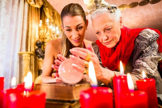 Waarzegger tijdens seance met kristallen bol