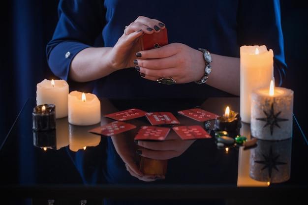 Waarzeggerij met kaarten en kaarsen