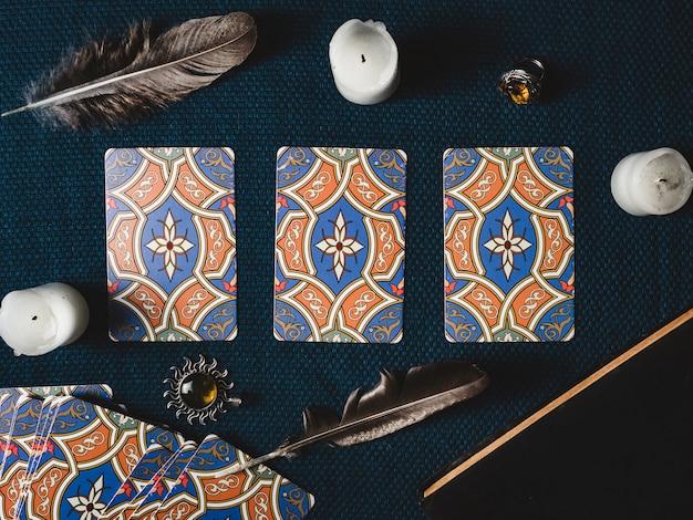 Waarzegkaarten, kaarsen en donkere achtergrond. uitzicht van boven. detailopname