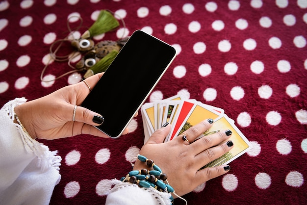 Waarzegster lezen fortuin lijnen op scherm smartphone moderne horoscopen online waarzeggerij applicatie.