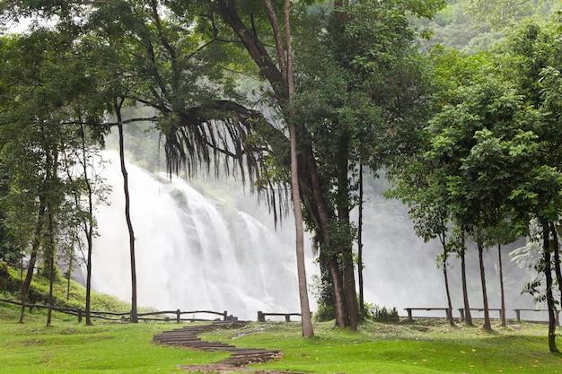 Wachirathanwatervallen in doi inthanon, chiang mai, thailand.