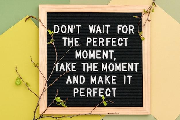 Wacht niet op het perfecte moment, neem het moment en maak het perfect. motiverende citaat op frame letterbord