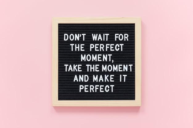 Wacht niet op het perfecte moment, neem het moment en maak het perfect. motiverende citaat op zwarte letterbord frame